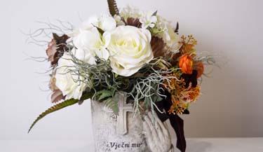 Aranžman od umjetnog cvijeća za groblja 06